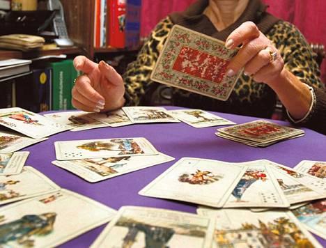 Ennustamisessa käytetään monenlaisia välineitä. Joku väittää näkevänsä tulevaisuuteen korttien avulla, toiset nojaavat tutkimuksiin.