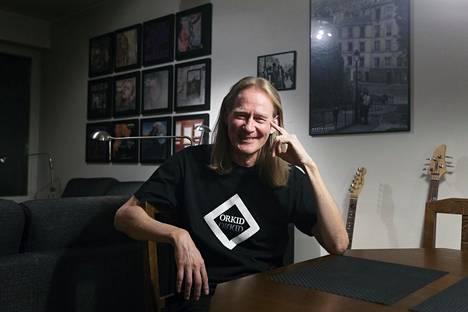 Vanhojen vinyylilevyjen kannet olohuoneen seinällä kertovat, että teinivuosiaikojen rock innoittaa Matti Häyryä edelleen.
