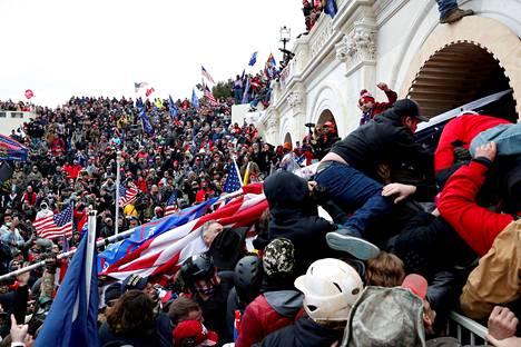 Kongressitalon turvallisuudesta huolehtivilla poliiseilla ei ollut mitään mahdollisuuksia pysäyttää rakennukseen tunkeutunutta väkijoukkoa.