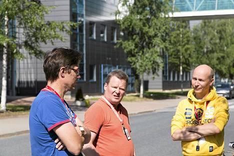 Heinäkuussa Broadcom ilmoitti lopettavansa modeemiliiketoiminnan Suomessa, ja yli 400 henkilöä irtisanottiin Oulussa. Kuvassa Broadcomin työntekijät Pekka Kotila (vas.), Jouni Hokajärvi ja Mika Holappa.