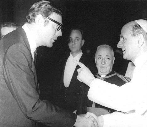 Paavi ja Batman: paavi Paavali tervehti vastaanotollaan henkilökohtaisesti mm. Batmania esittävää Adam Westiä.