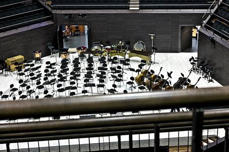 Musikkitalon parvekkeen K-katsomossa kaiteet peittävät osan orkesterista. Lisäkaide aiotaan poistaa ja kaidetta madaltaa. Näin näkymä pääsalin lavalle paranee.