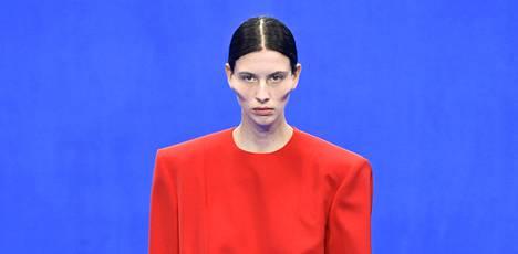 """Balenciagan näytös vuoden 2019 Pariisin muotiviikoilla esitteli vaatteiden ohella """"voimakkaat poskipäät""""."""