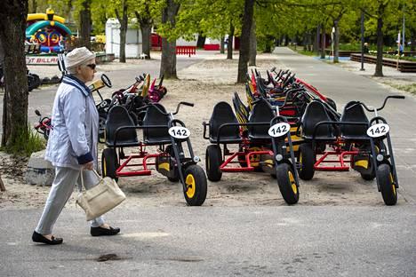 Rantapyörät seisovat käyttämättöminä Pärnun hiekkarannalla.