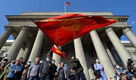 Pääministeri Sadyr Žaparovin kannattajat juhlivat pääkaupunki Biškekissä.