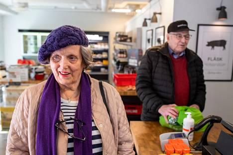 """Kauklahtelaispariskunta Carita ja Bjarne Sandberg käy usein ostoksilla paikallisessa lihakaupassa. Nyt mukaan lähti kerralla enemmän lihaa, joista osa laitetaan pakkaseen. """"Kyllä se mielessä on, että tämä on pienille kaupoille vaikeampaa"""", Carita Sandberg sanoo."""