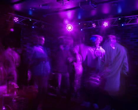 Ihmisiä tanssimassa KGB-Clubilla elokuussa 2020.