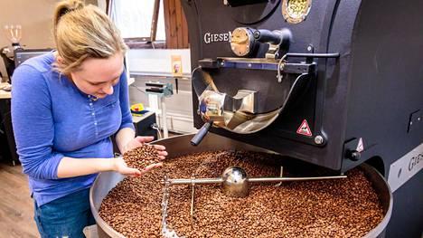 Rekolassa paahdetaan kahvipapuja innostuneen kahviloitsijan aloitteesta.