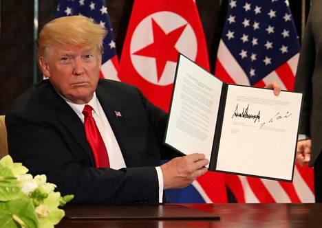 Yhdysvaltojen presidentti Donald Trump piteli juuri Pohjois-Korean johtajan Kim Jong-unin kanssa allekirjoittamaansa sopimusta Singaporessa tiistaina.