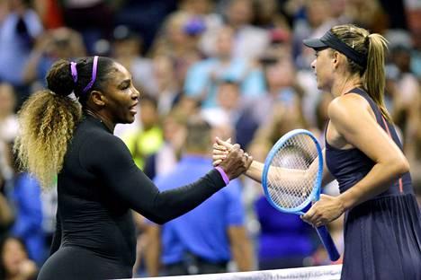 Serena Williams ja Maria Šarapova kättelivät vain 59 minuuttia kestäneen ottelun jälkeen.