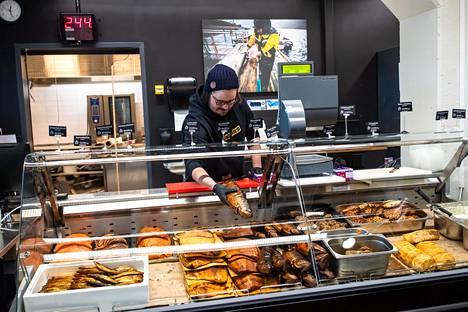 """""""On ollut hienoa huomata, miten paljon jengi haluaa auttaa"""", kertoo Maxin kalan kauppias Max Grönholm, joka on ideoinut Kauklahden asukkaille ilmaista keittotarjoilua."""