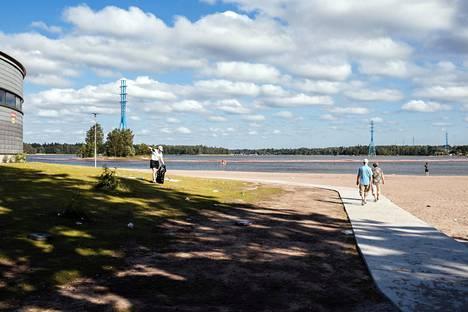 Kaupungin työntekijä Kamilla Kolimaa siivosi roskia Hietaniemen rannassa juhannuspäivän aamuna.