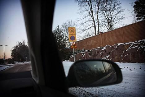 Aluepysäköintikiellot herättävät espoolaisautoilijoissa hämmennystä.
