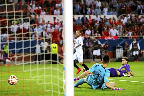 Aleix Vidal (vas.) ohitti Fiorentinan maalivahdin Neton kahdesti.