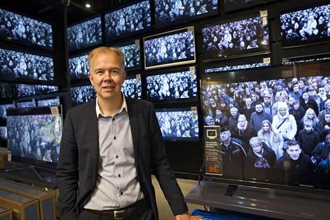 """Power-ketjun kaupallinen johtaja Ville Honkanen korostaa """"ruokaisan"""" valikoiman merkitystä Powerin Tammiston myymälässä."""