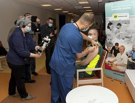 Ensimmäiset koronavirusrokotukset Kainuussa annettiin 5. tammikuuta Kajaanissa. Median edustajat seurasivat, kun pandemiapäällikkö Olli-Pekka Koukkari rokottaa ensihoitopäällikkö Jukka Angermanin.