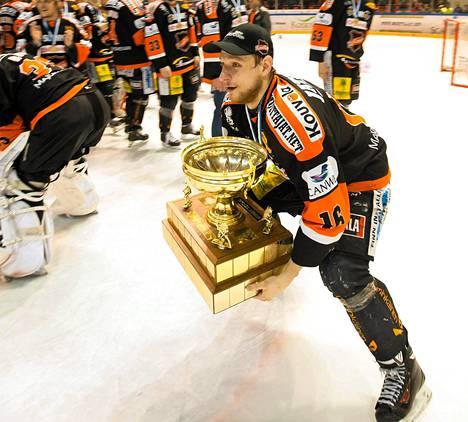 KooKoon Henri Tuominen nosti maanantaina Mestiksen voittopokaalin ilman kotiyleisön riemuksi.