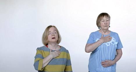 Pysäytyskuva Laura Böökin videoinstallaatiosta Ryhmä joka ei osaa laulaa. Teos tulee esille galleria Hippolyteen.