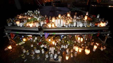 Ihmiset toivat kynttilöit Helsingin Koskelan sairaalan lähistöllä surmatun pojan muistoksi.