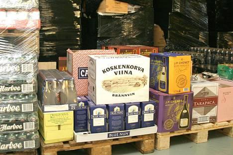 Tullin takavarikoimia internetin kautta tilattuja alkoholijuomia vuonna 2005 Helsingin tullissa.