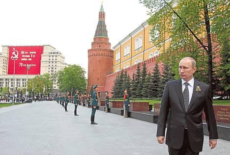 Vladimir Putin käveli Kremlin muurin laidalla Moskovassa vuoden 2012 toukokuussa voitonpäivän aattona järjestetyn seremonian jälkeen. Samana keväänä hän vietti kolmansia virkaanastujaisiaan.