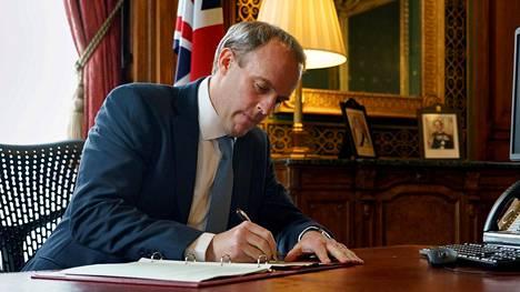 Britannian ulkoministeri Dominic Raab allekirjoitti maanantaina pakotelistan, johon kirrattiin 49 vakaviin ihmisoikeusloukkauksiin syyllistynyttä henkilöä.
