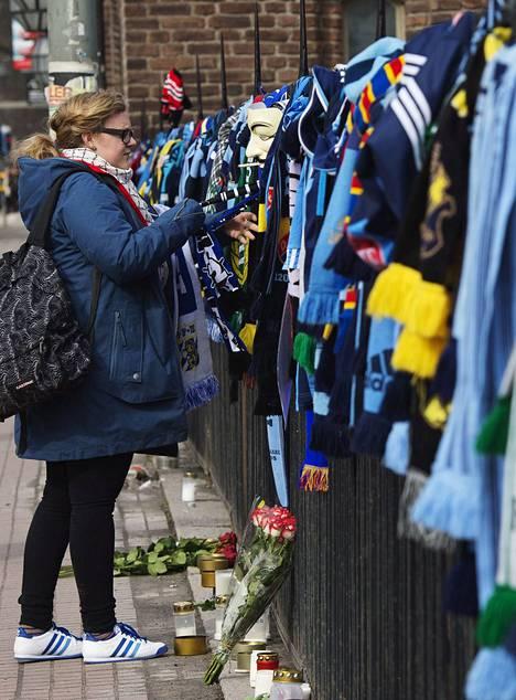 Tukholman stadionin edusta täyttyi fanituotteista ja kukista.