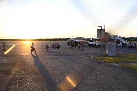 Ylilääkäri Jutta Peltoniemen johtama 15 hengen testiryhmä oli vastassa Skopjesta saapuvia lentomatkustajia Turussa tiistai-iltana.