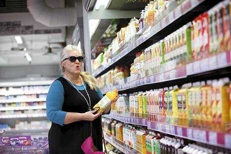 Marjo Varjo valitsi mehua Ruoholahden Citymarketissa tiistaina.