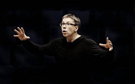 Kapellimestari Olari Elts johtamassa Helsingin kaupungin orkesteria Musiikkitalossa.