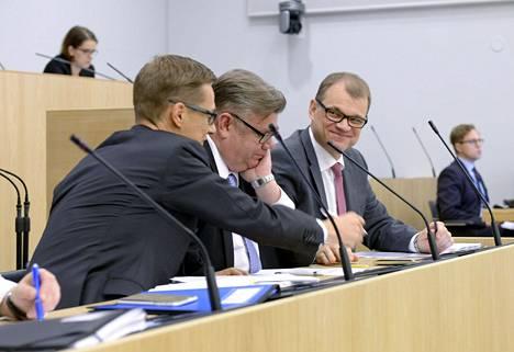 Kokoomuksen Alexander Stubb (vas.) ja keskustan Juha Sipilä (vas.) kannattavat hallintarekisteriä, perussuomalaisten Timo Soini vastustaa.