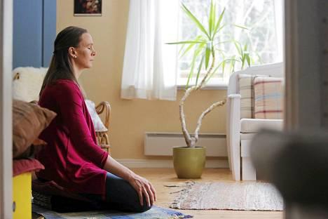 Sari Markkanen tekee tietoisuusharjoitusta kotonaan Kirkkonummella.