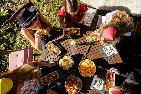 """HS vieraili 11-vuotisjuhlissa, joissa tarjottiin muun muassa spagetti bolognesea. Monesti herkut syödään vasta """"oikean ruuan"""" jälkeen, sanoo juhlat järjestänyt päivänsankarin äiti Unna Tamminen-Schreiber."""