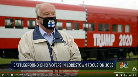 Ei ole tietoa, kuinka Suomi-maski on päätynyt Lordstownin pormestari Arno Hillin kasvoille.