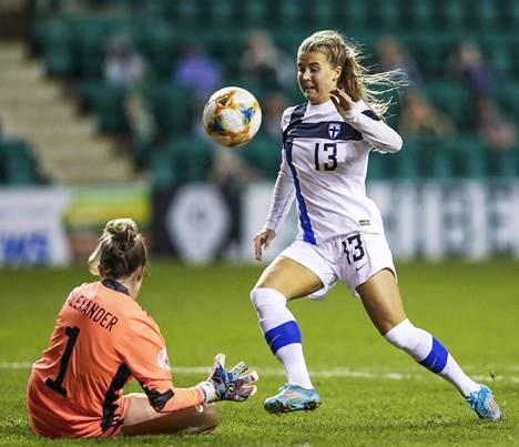 Amanda Rantanen (13) teki Suomen voittomaalin ottelun viime sekunneilla.
