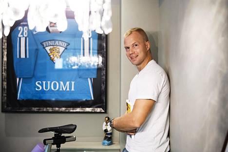 Jani Rita keskittyy opintoihin. Kodin seinältä Espoossa löytyy kehystetty Leijona-paita.