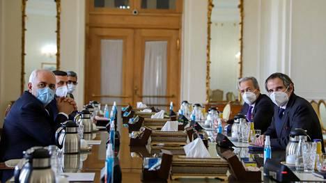 Iranin ulkoministeri Mohammad Javad Zarif tapasi Kansainvälisen atomienergiajärjestön IAEAN:n pääjohtajan Rafael Grossin viime sunnuntaina Teheranissa Iranissa.