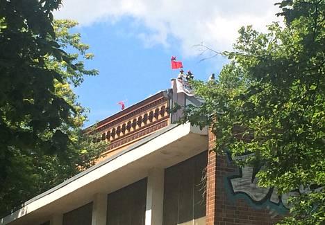 Kreuzbergissa koulun katolla osoittaa mieltään 40 pakolaista.