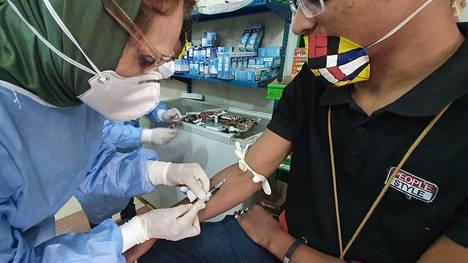 Lääkäri otti kesäkuun alussa kauppiaalta verinäytettä koronavirustestiä varten Libyan pääkaupungissa Tripolissa.