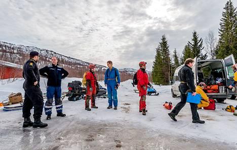 Norjan viranomaiset ja erikoistilanteisiin valmistautuneet sukeltajat valmistautuivat hukkuneiden suomalaissukeltajien viimeiseen nostoon Plurdalenissa Norjassa perjantaina.