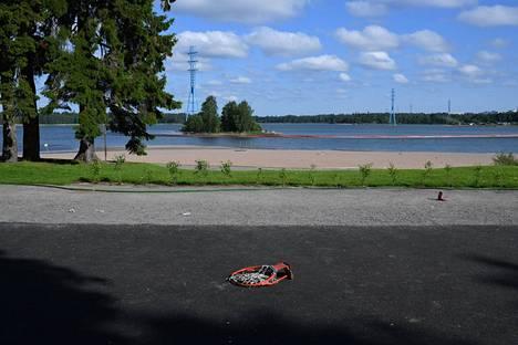 Hietaniemen koripallokentän rikkoutunut kori lauantaiaamulla Helsingissä.