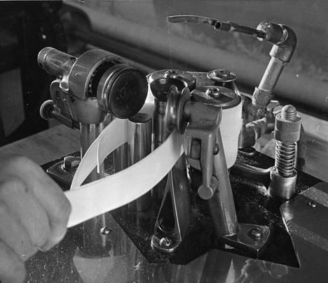 Koviksi tärkätyt kaulukset olivat muotia 1930-luvulla. Niiden taivutettiin erityisellä laitteella.
