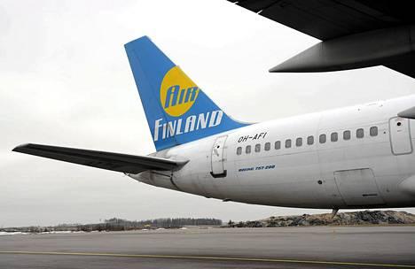 Air Finlandin Boeing 757-200 matkustajakone Helsinki-Vantaa lentoaseman huoltoalueella.