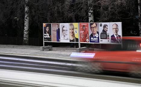 Vaalijulisteita Helsingin Siltamäessä tammikuun alussa. Jos Niinistön kannatuksen laskun vauhti pysyy tasaisena, se ei ehdi laskea alle 50 prosentin. Vaaleihin on enää viikko aikaa.