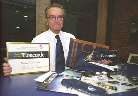 Claes-Henrik Taucher kuvattuna vuonna 2003, jolloin hän piti kädessään todistusta äänivallin ylittämisestä Concordella.