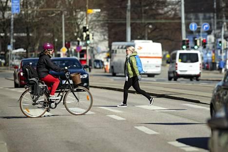 Uuden tieliikennelain mukaan autoilijan on noudatettava entistä suurempaa varovaisuutta suojatietä lähestyessään.