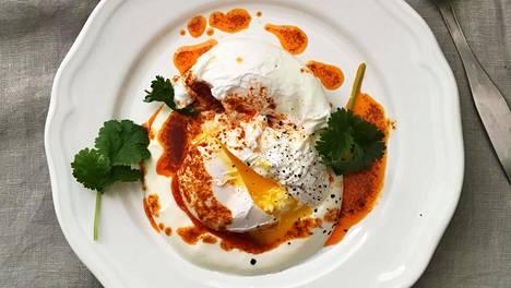 Turkkilaiset aamiaismunat tarjotaan jogurtin ja savupaprikavoin kanssa.
