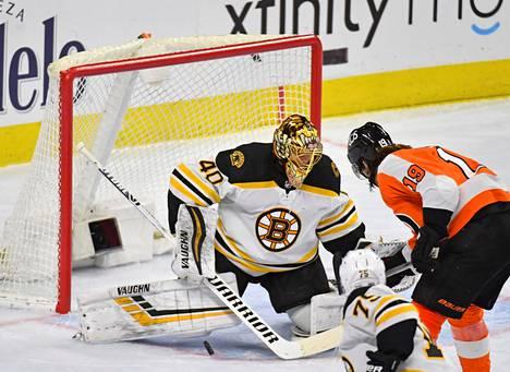 Boston Bruinsin maalivahti Tuukka Rask torjui perjantai-illan ottelussa Philadelphia Flyersin keskushyökkääjän Nolan Patrickin hyökkäyksen kolmannessa erässä.
