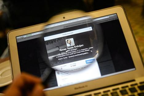 """Maaliskuun lopulla Recep Tayyip Erdogan uhkasi """"hävittää"""" sosiaalisen median. Kuvassa Erdoganin oma Twitter-tili tietokoneen näytöllä."""