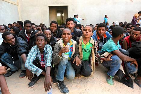 Libyan merivoimien pelastamia pakolaisia Zawiyassa Libyassa maanantaina. Pakolaiset yrittivät Libyasta Eurooppaan. Samana päivänä Italian merivoimat ilmoitti toisen pakolaisveneen uponneen ja 17 kuolleen Italian ja Libyan välisellä merialueella.